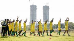 Indosport - Pelatih Persebaya Surabaya, Aji Santoso tampaknya sangat ketat memberikan latihan kepada para pemainnya jelang lanjutan Liga 1 2020.