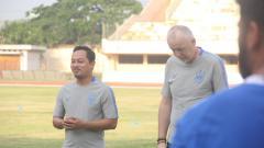 Indosport - Alfan Nur Asyhar (kiri) selaku dokter tim PSIS saat mendampingi tim untuk latihan.