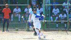 Indosport - Gelandang Persib, Gian Zola, saat bermain softball di Lapangan Softball Lodaya, Kota Bandung, Selasa (1/9/20).