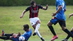 Indosport - Gelandang AC Milan, Lucas Paqueta, dalam laga uji coba pramusim melawan Novara.