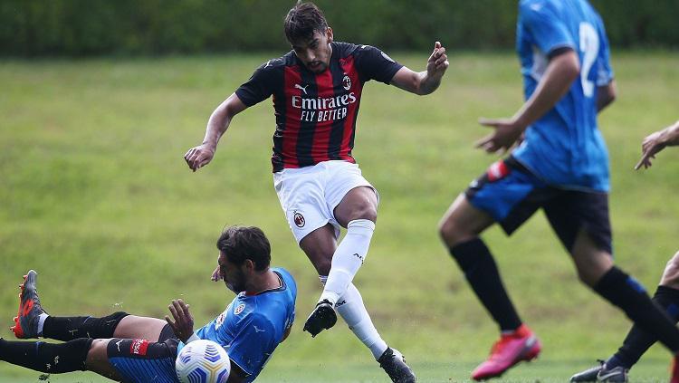 Gelandang AC Milan, Lucas Paqueta, dalam laga uji coba pramusim melawan Novara. Copyright: acmilan.com