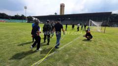 Indosport - Tim dari operator kompetisi, PT Liga Indonesia Baru (LIB), melakukan verifikasi home base PSMS Medan, Stadion Teladan, Medan, Rabu (02/09/20) petang.