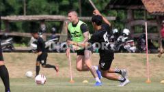 Indosport - PSS Sleman sukses mempertahankan 100 persen pemain di Liga 1 musim ini, termasuk legiun asingnya, Aaron Evans.