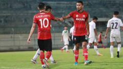 Indosport - Madura United saat melawan PON Jatim di laga uji coba beberapa waktu lalu.