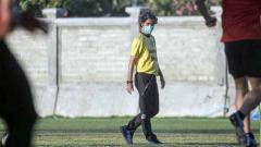Indosport - Stefano Cugurra Teco saat memimpin latihan Bali United.