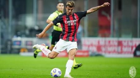 Penyerang muda AC Milan, Daniel Maldini, melepaskan tembakan ke gawang AC Monza dalam laga ujicoba pramusim, Minggu (06/09/20). - INDOSPORT