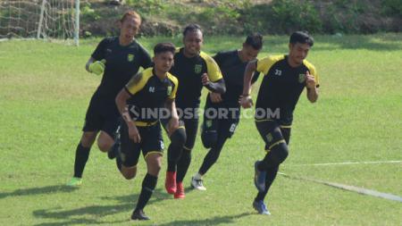 Tiga kiper muda Persebaya Ikut latihan dengan tim senior. - INDOSPORT