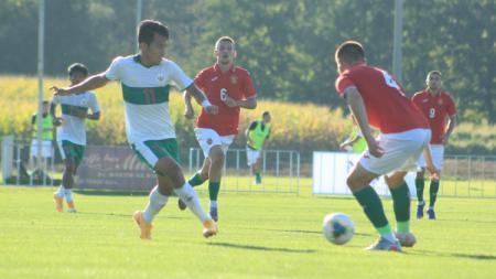 Pemain Timnas U-19, Witan Sulaiman (kiri) saat memberikan umpoan ke rekannya saat laga melawan Bulgaria U-19, Sabtu (05/09/20). - INDOSPORT