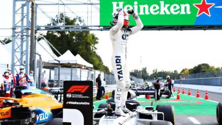 Pembalap AlphaTauri, Pierre Gasly, sukses menjuarai balapan Formula 1 (F1) GP Italia 2020 di Sirkuit Monza, Minggu (06/09/20). - INDOSPORT