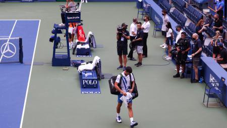 Novak Djokovic pergi meninggalkan  USTA Billie Jean King National Tennis Center usai didiskualifikasi di US Open - INDOSPORT