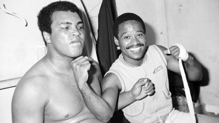 Muhammad Ali saat bersama Wilfred Benitez, peraih gelar juara dunia termuda yang sesungguhnya dan bukan Mike Tyson. - INDOSPORT