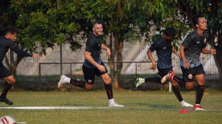Latihan Persija Jakarta di Lapangan Halim, Jakarta, Senin (07/09/20) . - INDOSPORT