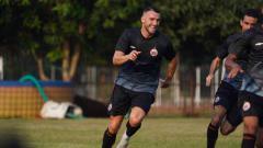 Indosport - Striker Persija, Marko Simic kembali berlatih dengan tim di Lapangan Halim, Jakarta, Senin (07/09/20) .