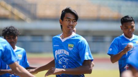 Pemain Diklat Persib, Kakang Rudianto, saat berlatih dengan tim Persib di Stadion Gelora Bandung Lautan Api (GBLA), Kota Bandung, Senin (7/9/20). - INDOSPORT