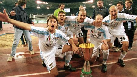 Selebrasi Lazio usai mengalahkan Inter Milan di Supercoppa Italiana 2000. - INDOSPORT