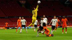 Indosport - Gianluigi Donnarumma melakukan penyelamatan di laga UEFA Nations League antara Italia vs Belanda.