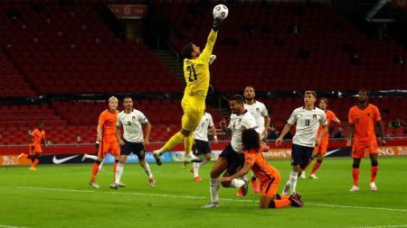Gianluigi Donnarumma melakukan penyelamatan di laga UEFA Nations League antara Italia vs Belanda. - INDOSPORT