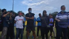 Indosport - Striker Beto Goncalves saat baru tiba di Palembang, langsung menjumpai rekan-rekannya di Stadion Bumi Sriwijaya.