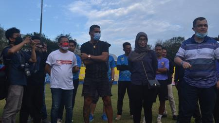 Striker Beto Goncalves saat baru tiba di Palembang, langsung menjumpai rekan-rekannya di Stadion Bumi Sriwijaya. - INDOSPORT