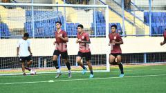 Indosport - Pemain PSIS saat melakukan latihan fisik di Stadion Citarum pada Selasa (08/09/20) sore.