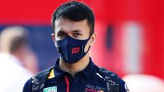 Indosport - Pembalap Red Bull Racing, Alexander Albon, membuat bangga negaranya Thailand usai berhasil naik podium untuk pertama kalinya di Formula 1 Tuscan.