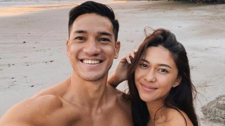 Pasangan selebritis Indonesia, Nana Mirdad dan Andrew White, mendapat sanjungan dari netizen usai pamer body goals di akun Instagram pribadinya. - INDOSPORT