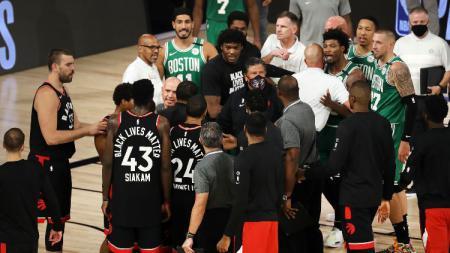 Laga NBA Toronto Raptors vs Boston Celtics yang nyaris diwarnai baku hantam. - INDOSPORT
