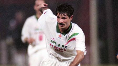 Mengenal Ali Daei, predator legendaris Iran yang memiliki catatan gol lebih banyak daripada Cristiano Ronaldo di kancah internasional. - INDOSPORT