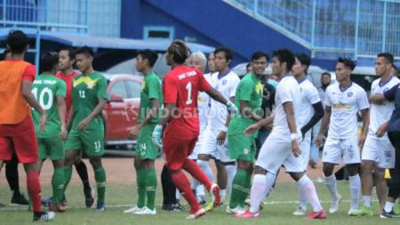 Laga uji coba antara Arema FC vs PON Jatim  di Stadion Kanjuruhan Malang, Kamis (10/09/20) berjalan keras. - INDOSPORT