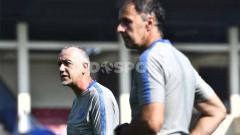 Indosport - Dragan Djukanovic selaku pelatih kepala PSIS ketika mengamati pemainnya yang tengah melakukan latihan fisik di Stadion Citarum pada Kamis (10/09/20).
