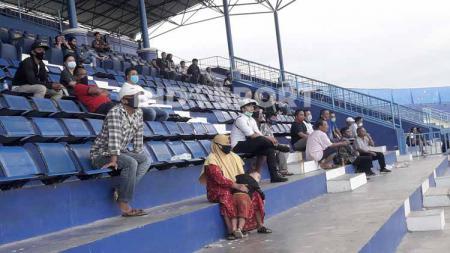 Fullback klub Liga 1 Arema FC, Taufik Hidayat cukup menyayangkan atas keberadaan segelintir penonton yang berada di tribun selama laga uji coba. - INDOSPORT