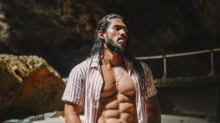 Jeremiah Lakhwani semakin terlihat mirip dengan Jason Momoa setelah dirinya menjajal olahraga surfing. - INDOSPORT
