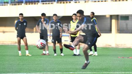 Pemain belakang PSIS Semarang, Soni Setiawan memiliki pendapat sendiri terkait pelaksanaan Liga 1 2020 yang masih menggantung. - INDOSPORT