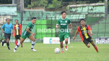Dua pemain anyar PSMS Medan, Ferdinand Sinaga (tiga kiri) dan Hanis Saghara (dua kanan), saat laga uji coba di Stadion Teladan, Medan, Jumat (11/9/20) sore. - INDOSPORT