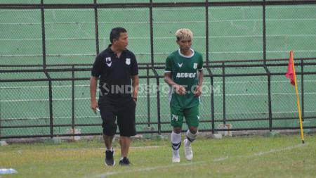 Pelatih PSMS Medan, Philep Hansen (kiri) saat memberikan instruksi kepada salah satu pemainnya dalam laga uji coba di Stadion Teladan, Medan, Jumat (11/09/20) sore. - INDOSPORT