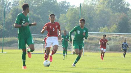 Bek Timnas U-19, Rizky Ridho (tengah) saat dijaga ketat dua pemain Arab Saudi saat laga uji coba di Kroasia beberapa waktu lalu. - INDOSPORT