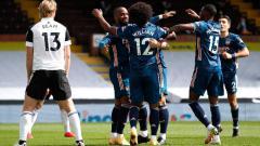Indosport - Skuat Arsenal merayakan gol Alexandre Lacazette ke gawang Fulham pada laga perdana Liga Inggris 2020/21, Sabtu (12/09/20).