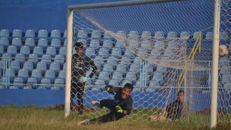 Kiper Sriwijaya FC Imam Arief Fadillah, menjalani latihan penalti bersama rekan setimnya. - INDOSPORT