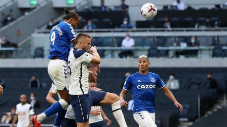 Striker Everton, Dominic Calvert-Lewin, menanduk bola ke gawang Tottenham Hotspur dalam pertandingan Liga Inggris, Minggu (13/9/20). - INDOSPORT