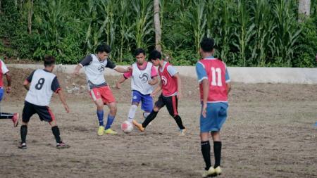 Para peserta mengikuti seleksi terbuka Karo United di Desa Batukarang, Karo, Sabtu (12/9/20). - INDOSPORT