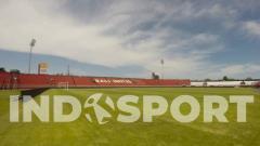 Indosport - Bali United memindahkan rumput lama Stadion Kapten I Wayan Dipta ke lokasi training ground di sekitar Pantai Purnama, Gianyar.