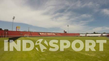 Bali United memindahkan rumput lama Stadion Kapten I Wayan Dipta ke lokasi training ground di sekitar Pantai Purnama, Gianyar. - INDOSPORT