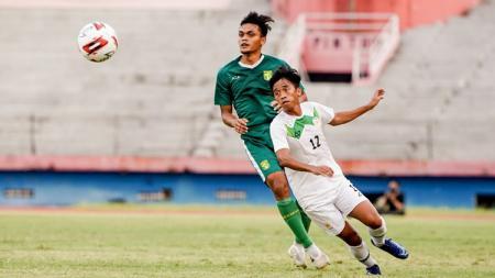 Aji Santoso menjajal posisi Rachmat Irianto (Rian) sebagai bek kiri pada saat laga uji coba lawan PON Jatim. - INDOSPORT