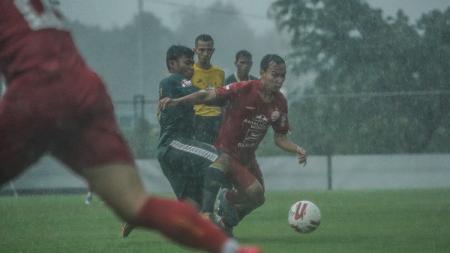 Pemain Persija, Novri Setiawan, menggiring bola dalam laga uji coba kontra Tira-Persikabo, Selasa (15/9/20). - INDOSPORT