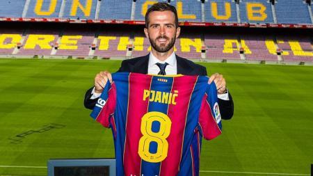 Barcelona akhirnya resmi mengumumkan nomor punggung untuk skuatnya musim depan. Miralem Pjanic akan mengenakan nomor 8 yang dulu digunakan Andres Iniesta. - INDOSPORT