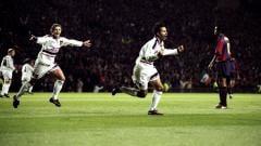 Indosport - Ryan Giggs berlari merayakan gol pembuka ke gawang Barcelona dalam pertandingan Liga Champions, 16 September 1998.