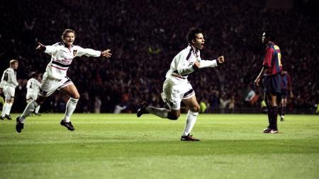 Ryan Giggs berlari merayakan gol pembuka ke gawang Barcelona dalam pertandingan Liga Champions, 16 September 1998. - INDOSPORT