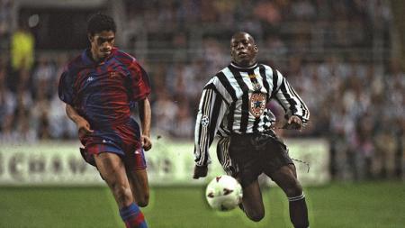Aksi striker legendaris Newcastle United, Faustino Asprilla, dalam laga Liga Champions versus Barcelona, 17 September 1997. - INDOSPORT