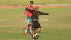 Indosport - Pelatih Persebaya, Aji Santoso saat memimpin latihan timnya di Lapangan Jenggolo, Sidoarjo.