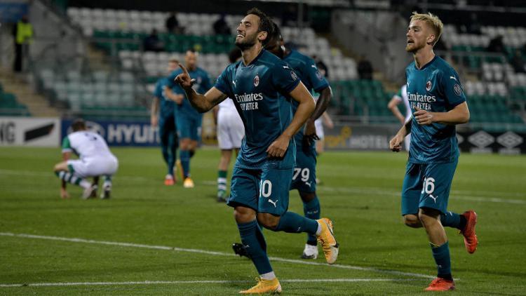 Gelandang AC Milan, Hakan Calhanoglu berselebrasi usai mencetak gol ke gawang Shamrock Rovers Copyright: Charles McQuillan/Getty Images